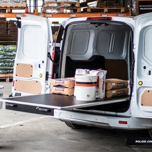 Le plancher coulissant de Rolide permet l'accès facile au contenu du coffre du véhicule. [©Rolide]