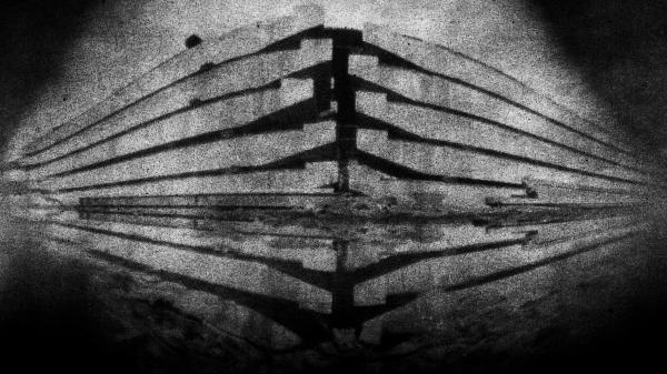 La photographie argentique d'un bâtiment de l'avenue d'Italie dans la XIIIe de Paris est contre-collée sur une plaque d'aluminium. Seka photographie des bâtiments, il récupère des matériaux de construction. ©Seka