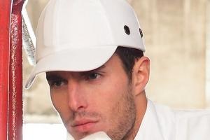 Les casquettes anti-heurts sont à retenir uniquement en cas de risques de chocs réduits. [©DR]