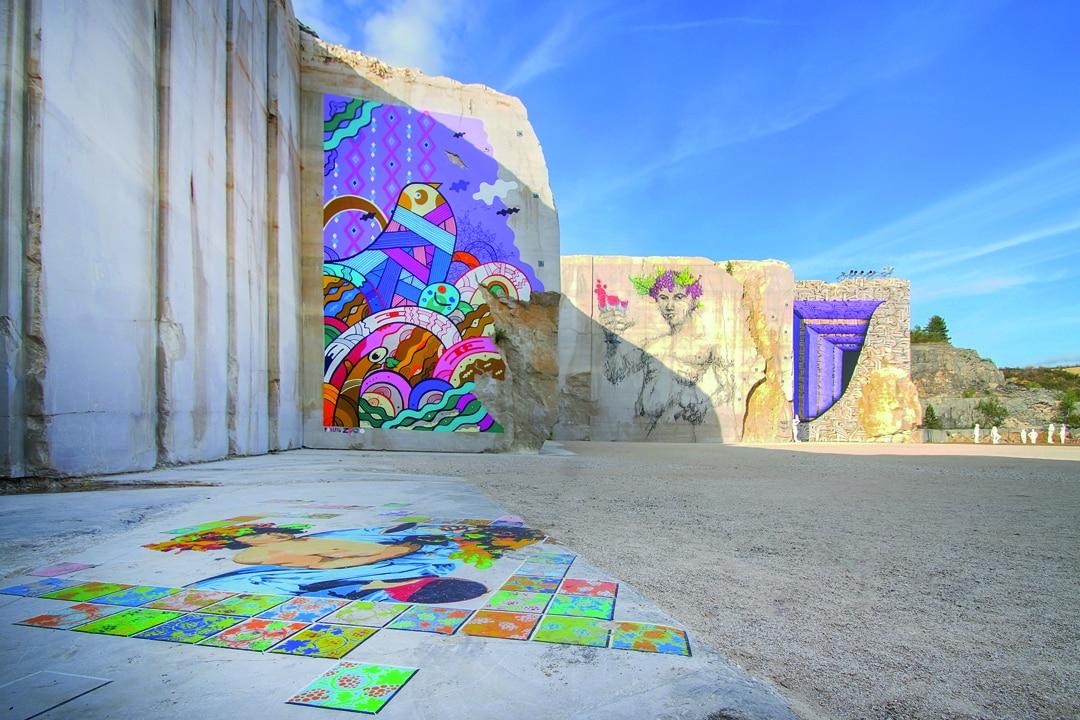 La Karrière et ses fresques sous le soleil d'août 2018. [©Michel Joly]