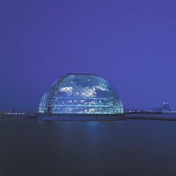Le musée maritime d'Osaka, au Japon, est un espace flottant, où se mélangent le verre et l'acier inoxydable. [©Paul Maurer/Paul Andreu Architecture]