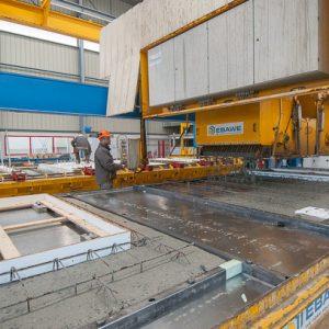 Ligne de production des murs à coffrage intégré et isolants de Jousselin Préfabrication, industriel du béton, aujourd'hui intégré au groupe breton Guillerm.  [©ACPresse]