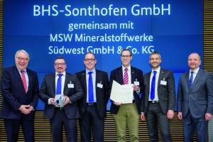 De gauche à droite : Uwe Beckmeyer, secrétaire d'Etat parlementaire, Andre Däschlein et Gerd Schuler (BHS-Sonthofen), Benedikt Fahrland (MSW), Manfred Immler (BHS-Sonthofen), Ralph Watzel, président de l'Institut fédéral des géosciences et des ressources naturelles (BGR) et président du jury. [©BHS-Sonthofen]