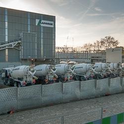 Plusieurs bouteilles remplies de gasoil ont été découvertes sous trois camions-toupies Lafarge. [©ACPresse]