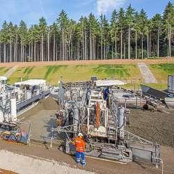 Machine à coffrage glissant SP 1500 sur un chantier de construction de l'autoroute A9, en Allemagne. [© Wirtgen Group]