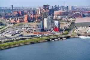 L'usine de Dunkerque d'Ecocem France, avec en arrière plan les hauts fourneaux d'ArcelorMittal. [©Ecocem France]