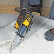 La Turboshear Fibres-ciment est une cisaille électrique, permettant de couper des panneaux en fibres-ciment de 12,5 mm d'épaisseur maximum. [©Edma]