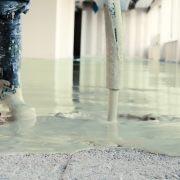 Nouvelle chape fluide d'Anhydritec, la Chape Liquide Excelio s'applique sur une épaisseur minimale de 10 mm. [©Anhydritec]