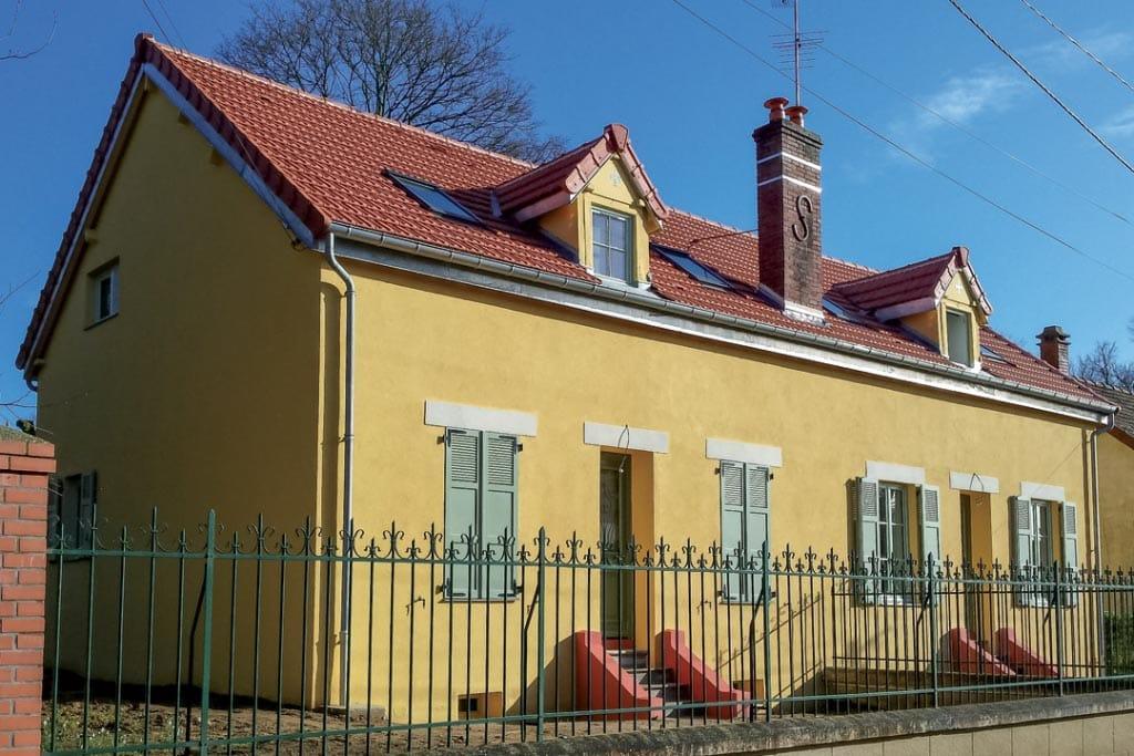 Logement de fonction de l'ERDP Hériot, La Boissière l'Ecole (78). Isolation thermique de la toiture sous tuile et de la façade sous enduit, en verre cellulaire Foamglas. [©DR]