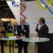 Jacques Chanut, président de la FFB et Bruno Lechevin, président de l'Ademe signent un accord-cadre de trois ans lors du salon Batimat pour l'amélioration des performances environnementales des bâtiments. [©ACPresse]