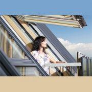 La fenêtre FGH-V Galeria de Fakro se transforme en balcon dans la toiture, lorsque ses deux vantaux sont ouverts. [©Fakro]