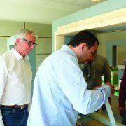 Gilles Trevet, ici à gauche, supervisant le passage à la pratique de l'un des formés. [©Tremco-Illbruck]