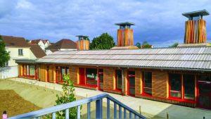 Extension de l'école des Boutours, à Rosny-sous-Bois (93), avec ses cheminées pour une ventilation naturelle avec récupération de chaleur. Atelier C1. [©Ville de Rosny/Bois]