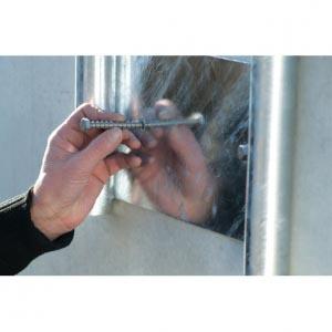 Poser la vis d'ancrage MULTI-MONTI en acier inoxydable sur le trou de perçage et visser avec une clé à cliquet soit à l'aide d'un tournevis à frapper à effort tangentiel.