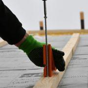 Pour la mise en œuvre dans une surface de toit isolée, le vissage de l'Heco-Topix-Therm se fait toujours à angle droit. [©Heco-Schrauben]