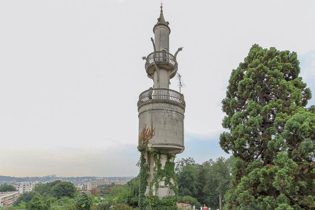 François Hennebique a pris une grande liberté de formes conférant à l'ensemble un aspect exubérant. Ici, la tour de 40 m.