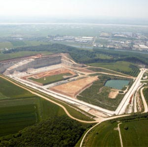 La carrière de Saint-Vigor-d'Ymonville, près du Havre, est une place essentielle dans la gestion des déblais du Grand Paris. [© Lafarge France]