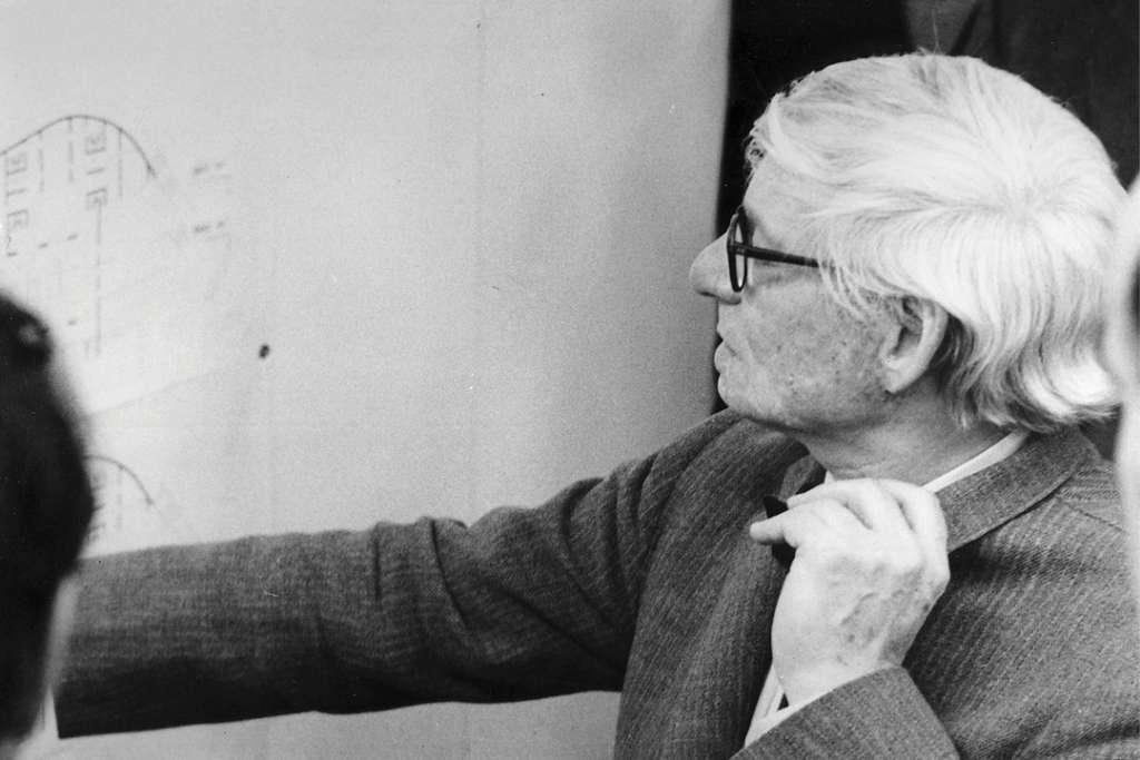 Louis Kahn appartient bien à la génération qui suit les fondateurs du Modernisme. Il prit la suite du mouvement moderne et le dépassa.