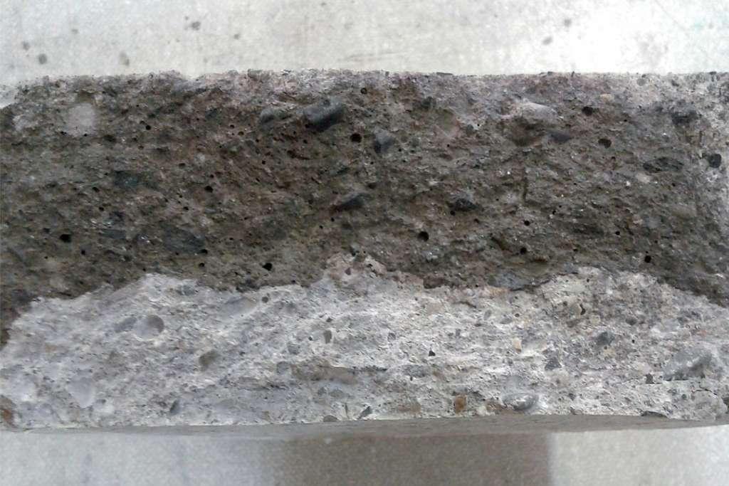 Front de pénétration des chlorures après un test accéléré de diffusion des chlorures (Dapp). La pulvérisation d'une solution de nitrate d'argent permet de distinguer plus facilement ce front. [©Argeco Développement]