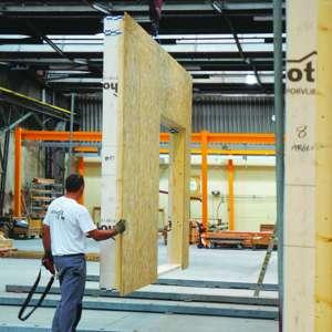 Les ponts roulants installés à l'usine d'Ormes, dans le Loiret, permettent de fluidifier la production. [©JT]