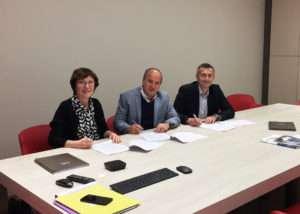Signature du contrat d'acquisition de la société Acouplus par le groupe Venathec. Avec de gauche à droite : Michelle Coutaz, présidente-fondatrice d'Acouplus, Michel Rosen, directeur général d'Acouplus, et Patrice Cornu, président- fondateur du groupe Venathec.