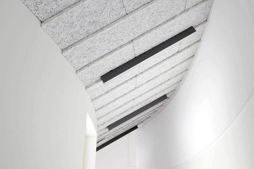 La nouvelle gamme de plafonds décoratifs Silvatone de Placo offre de nouvelles possibilités d'aménagement pour les ERP. [©Placo]