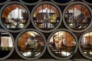 Prenez place dans l'une des 17 alvéoles formées de tuyaux de béton.
