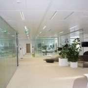 Rockfon a apporté des améliorations aux performances de sa gamme de dalles dB pour l'adapter au design et aux besoins des bureaux modernes. [©Rockfon]