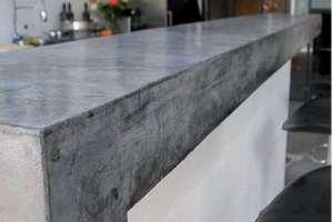 Chez un particulier, un bar en Effix Design… coulé sur place, réalisé par Christophe Rovelli. « Comme je ne disposais que d'un mélangeur manuel, je devais préparer et couler des seaux de béton les uns après les autres. […] Le jour du coulage, je me suis couché très tard (rires) ! » [©Rovelli Design Béton]