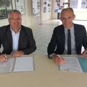 Christophe Delhaye, délégué régional Sud-Ouest du SNBPE, et Christophe Laborde, proviseur du Lycée Pierre Caraminot à Egletons, lors de la signature du partenariat. [©SNBPE]