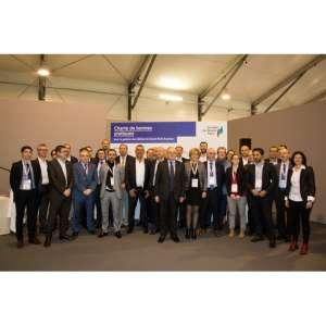 Philippe Yvin, président du directoire de la Société du Grand Paris entouré de 19 dirigeants d'entreprises présents à la signature de la convention le 30 mars dernier.<br /> [©Leticia Pontual]