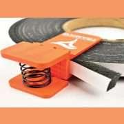 La pince Compriband de Tramico permet de conserver les rouleaux de mousse imprégnée. [©Tramico]