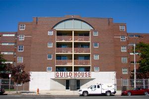 L'une de ses principales réalisations est une maison de retraite, La Guild House à Philadelphie (1960-1963), dont Robert Venturi se servait pour étayer ses thèses sur «le laid, l'ordinaire et le symbolique en architecture». [©Wikimedia Commons]