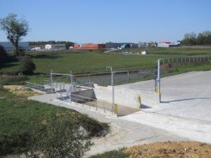 Unité de production de Louhans (71) de Vicat, où a été gardé l'étang, afin de gérer les eaux de pluie, et ainsi ne pas interférer sur les espèces végétales et animales, qui se développent autour du site.