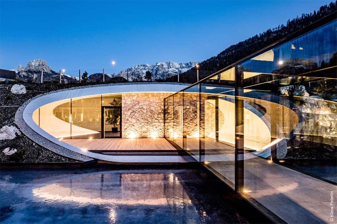 Le Spa du Grand Hôtel Alpenroyal offre une belle vue sur la chaîne des Dolomites en Italie. [©www.meraner-hauser.com / Klaus Peterlin]