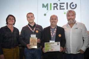 """La société Mireio a reçu le Trophée """"EnerGaia"""" pour son concept de mur-manteau bois intelligent des mains d'Agnès Langevine. [©EnerGaia]"""